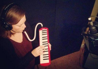 Mireille réalise son rêve de jouer du mélodica en studio